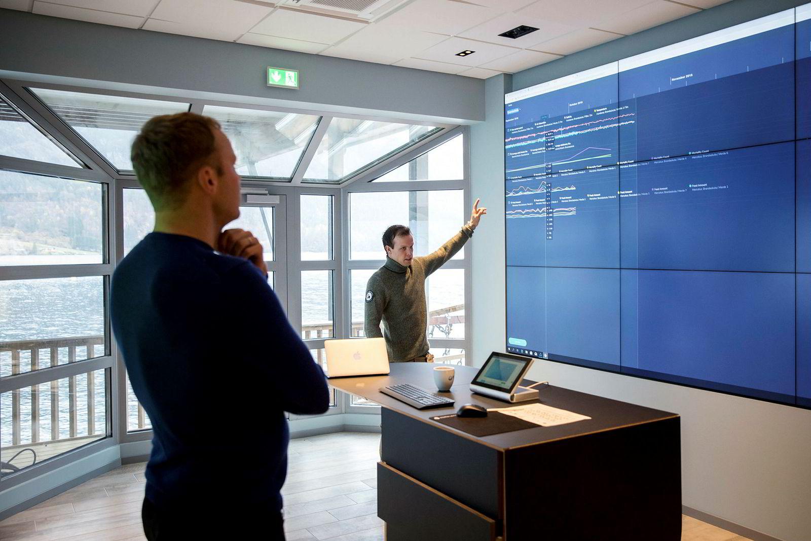 Brødrene Sondre (tv) og Erlend Eide i bedriftens nye kommandosentral. De to vil bruke sensorer og datakraft til å bygge nærmest selvstyrte oppdrettsmerder.