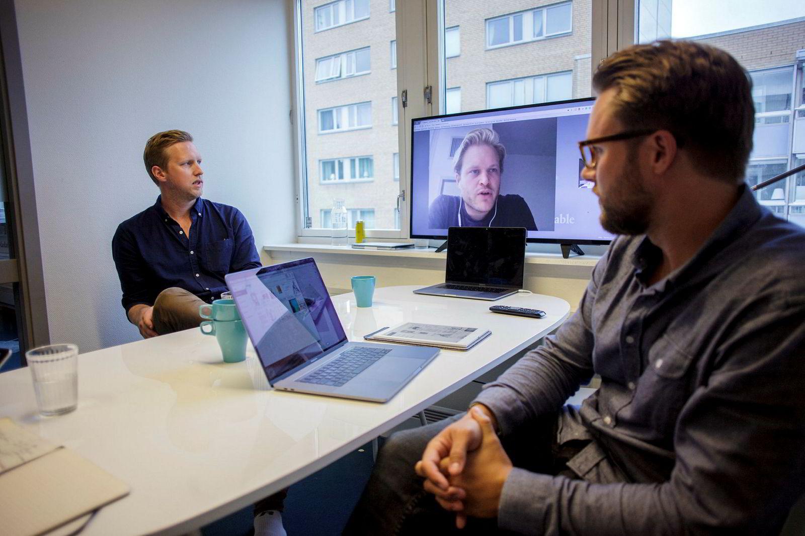 Gründer Magnus Haug Wanberg (på skjermen) startet sitt første selskap da han var 17, hvor han bygde pc-er og solgte dem. Fra venstre: Kommunikasjonssjef Henrik Gustav faller og designsjef Mats Herding Solberg (31).