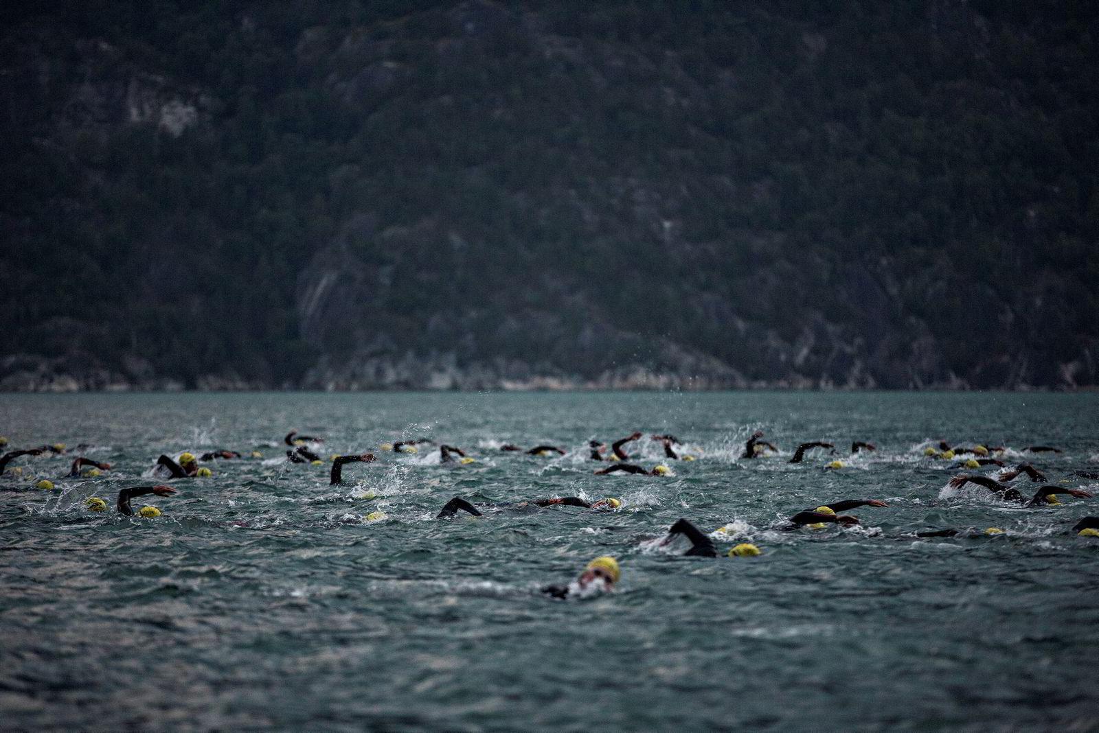 Startskuddet har gått og alle svømmerne kjemper om en bra plass. En 3,8 km lang svømmetur midt i Hardangerfjorden står for tur.