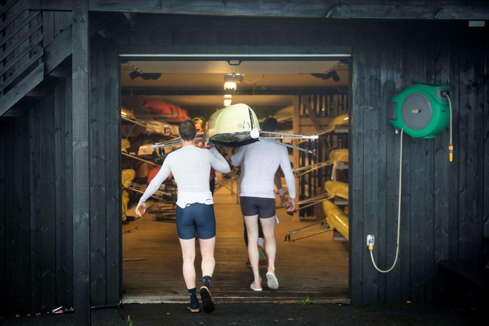 Robåten bæres på plass i klubbhuset til Christiania Roklubb ved Bogstadvannet etter endt treningsøkt.
