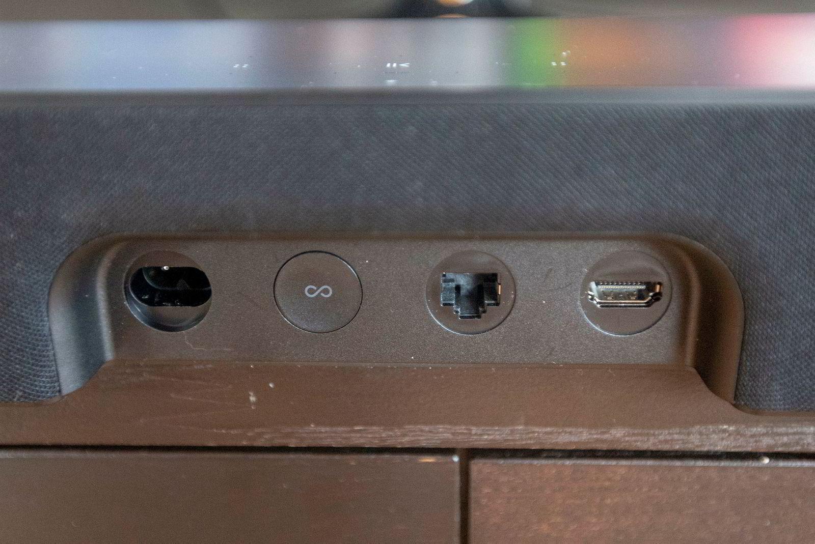 Kun tre tilkoblinger og en knapp er å finne på baksiden, så tilkoblingen bør de fleste klare selv. Resten av oppsettet mot tv-en går av seg selv.