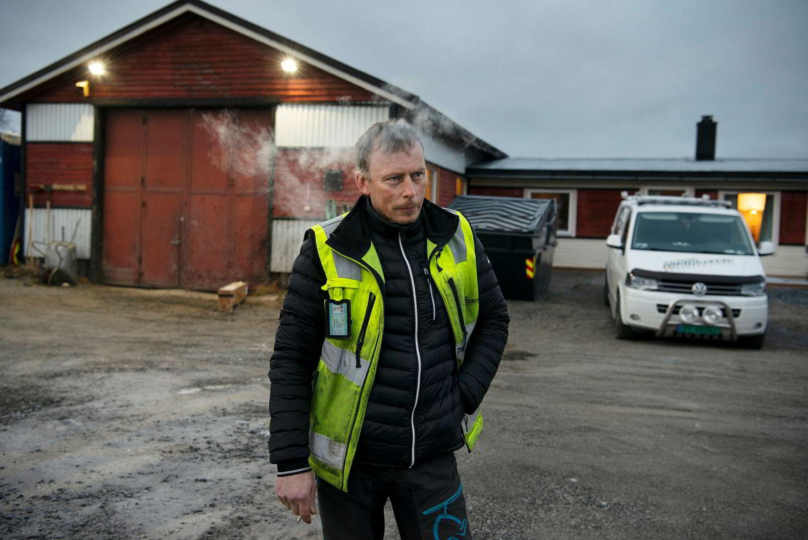 Daglig leder Arvid Thomassen i Arvid Thomassen Graveservice as tar han en røyk på tunet på hjemplassen i Tverrelvdalen.