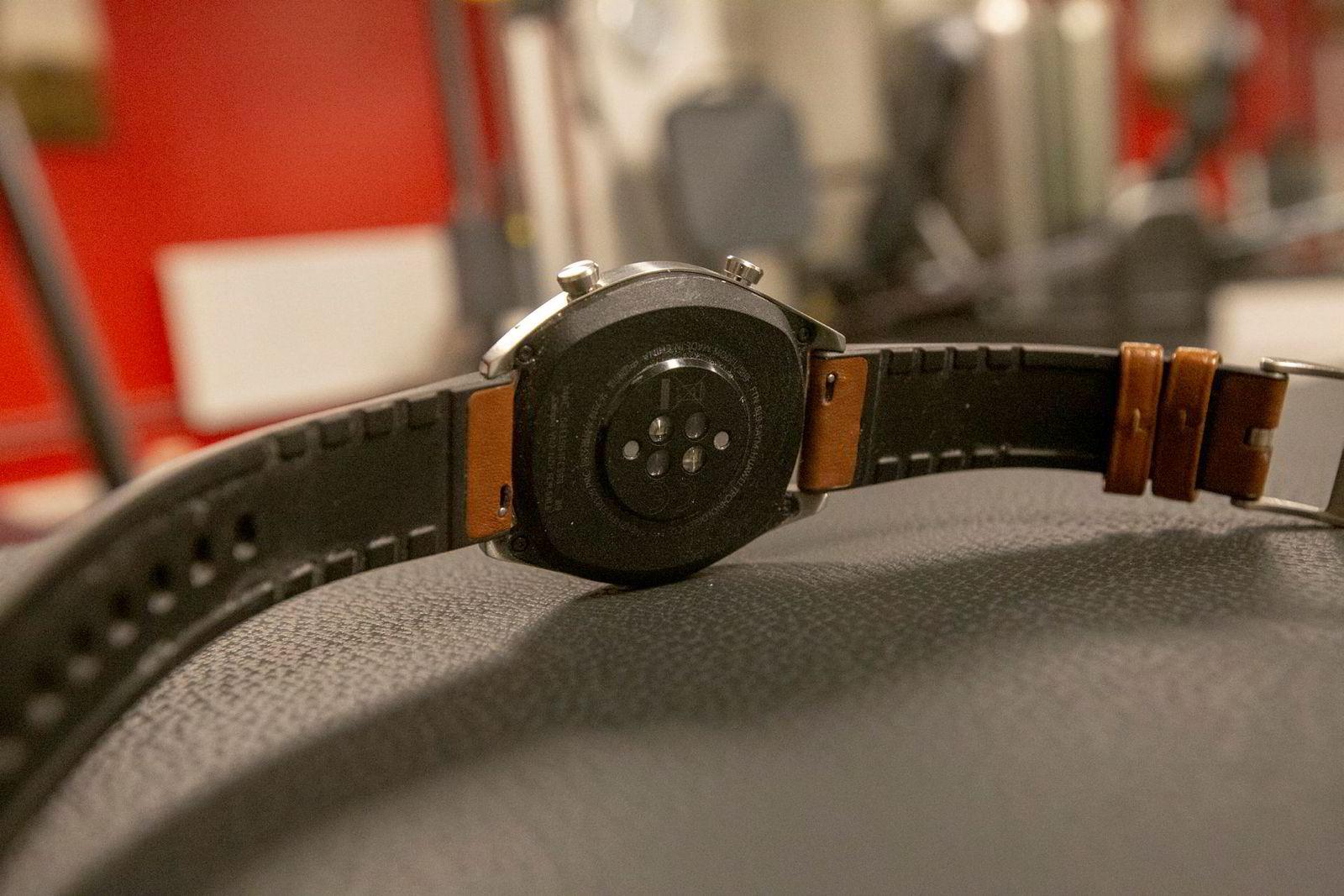 Watch GT bruker pulsmåling på håndleddet som de fleste andre treningsklokker. På undersiden sitter også kontaktpunktene for laderen.
