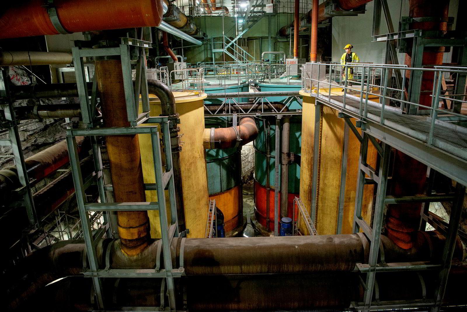 Halvor Myhrvold jobber nå for både vannverket og avløpsselskapet i Nedre Romerike. Her viser han DN rundt i renseanlegget på Strømmen.