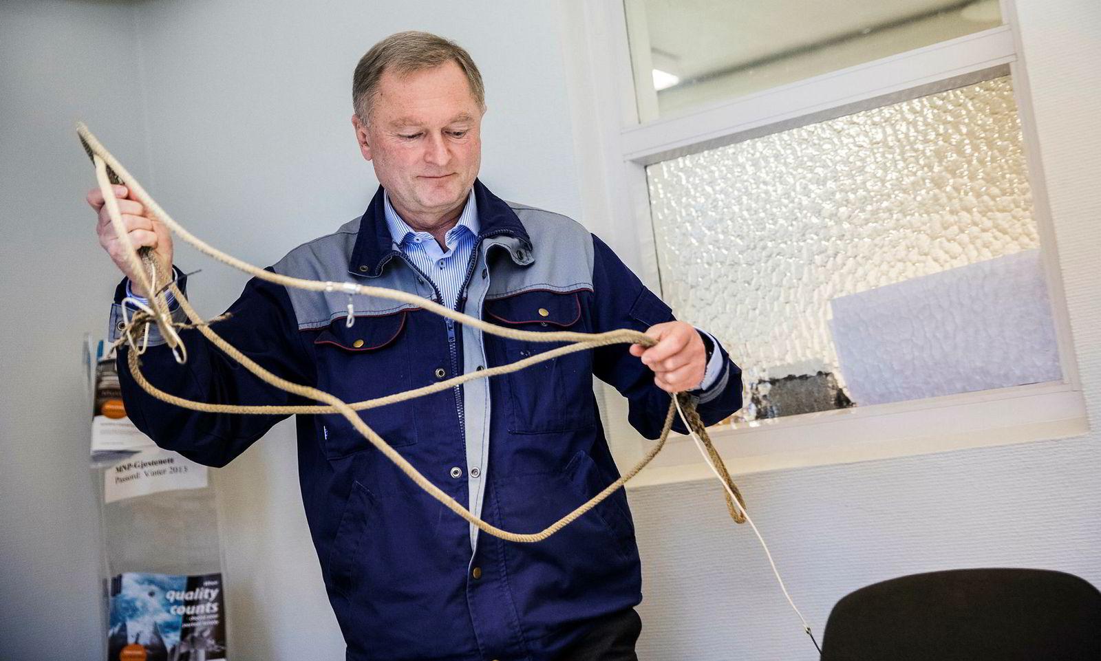 – Vi har kunder fra hele verden, New Zealand, Australia, USA, Canada, Island og Russland, sier daglig leder Anders Frisinger i Mustad Autoline med fiske line i hånden.