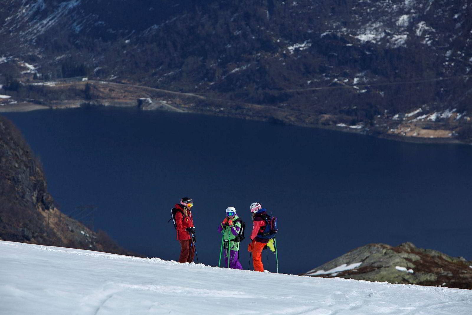 Med utsikt mot Røldalsvatnet tar Synnøve Medhus, Ane Evjen Mathiesen og Kamilla Bratteteig en pause underveis på den lange turen ned mot Saudasvingen.