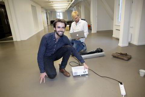 Tomme kontorer: Sondre Rasch (29) setter opp projektoren og Fredrik Thomassen (28) prøver å komme i kontakt med Konsus-medarbeidere over nettet. Selskapets kontorlokale er så godt som tomt, siden mesteparten av arbeidet ifølge gründerne selv gjøres fra «hvor som helst».