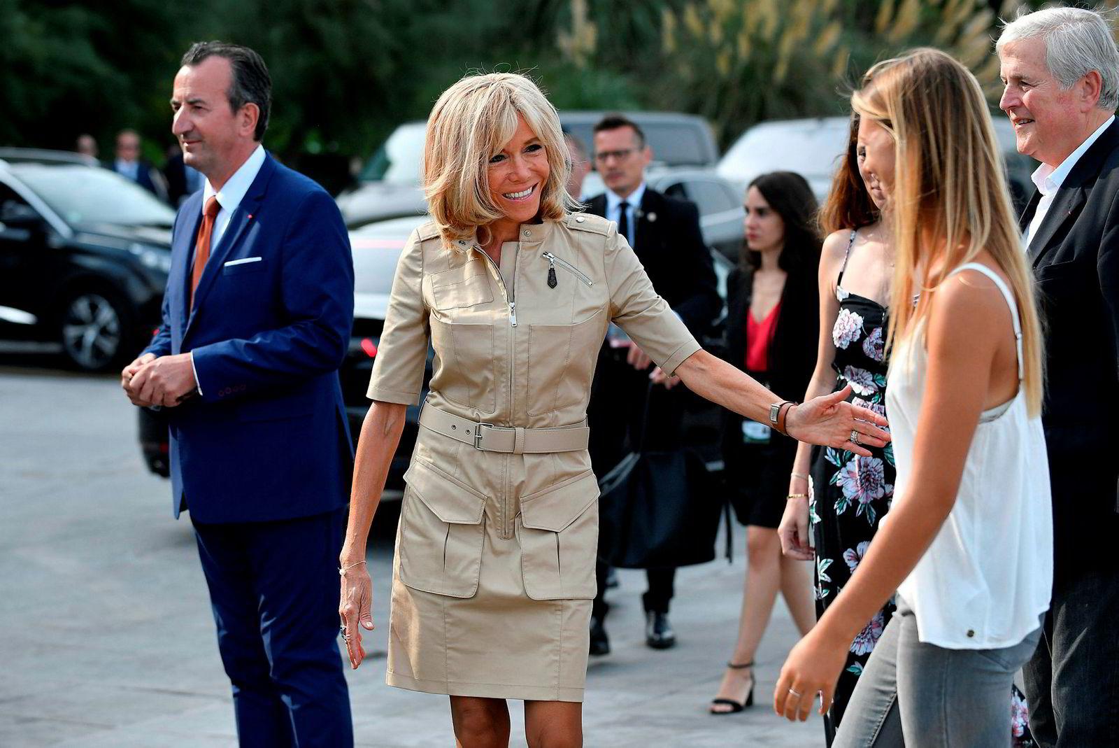 Frankrikes førstedame Brigitte Macron (i midten). Frankrikes president Emmanuel Macron liker dårlig at Brasils president Jair Bolsonaro har kommet med ufine kommentarer om fru Macron.