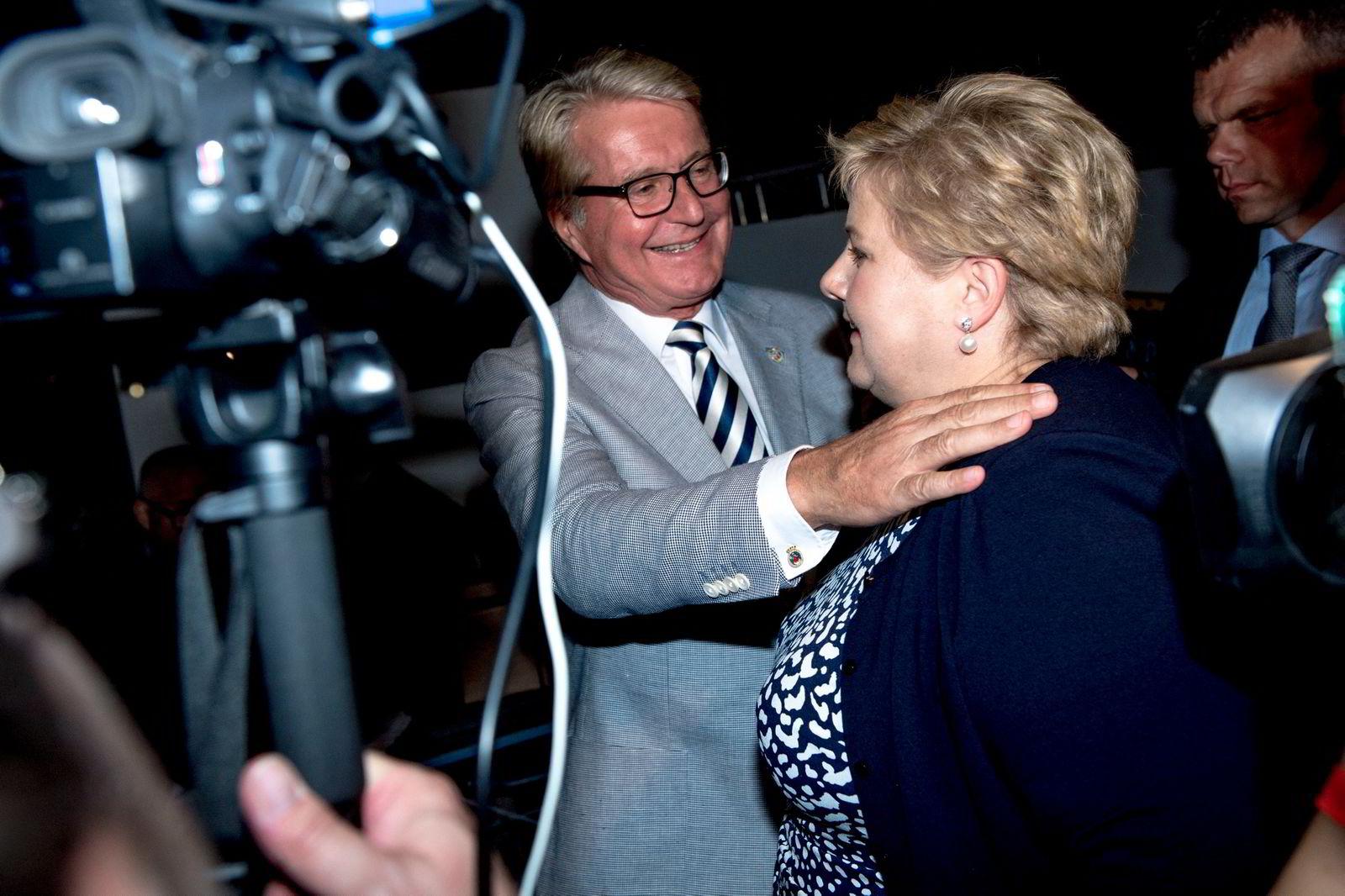 Erna Solberg får en klem av Fabian stang, etter et dårlig resultat i kommunevalget. Høyres valgvake ble holdt på Ekebergrestauranten.