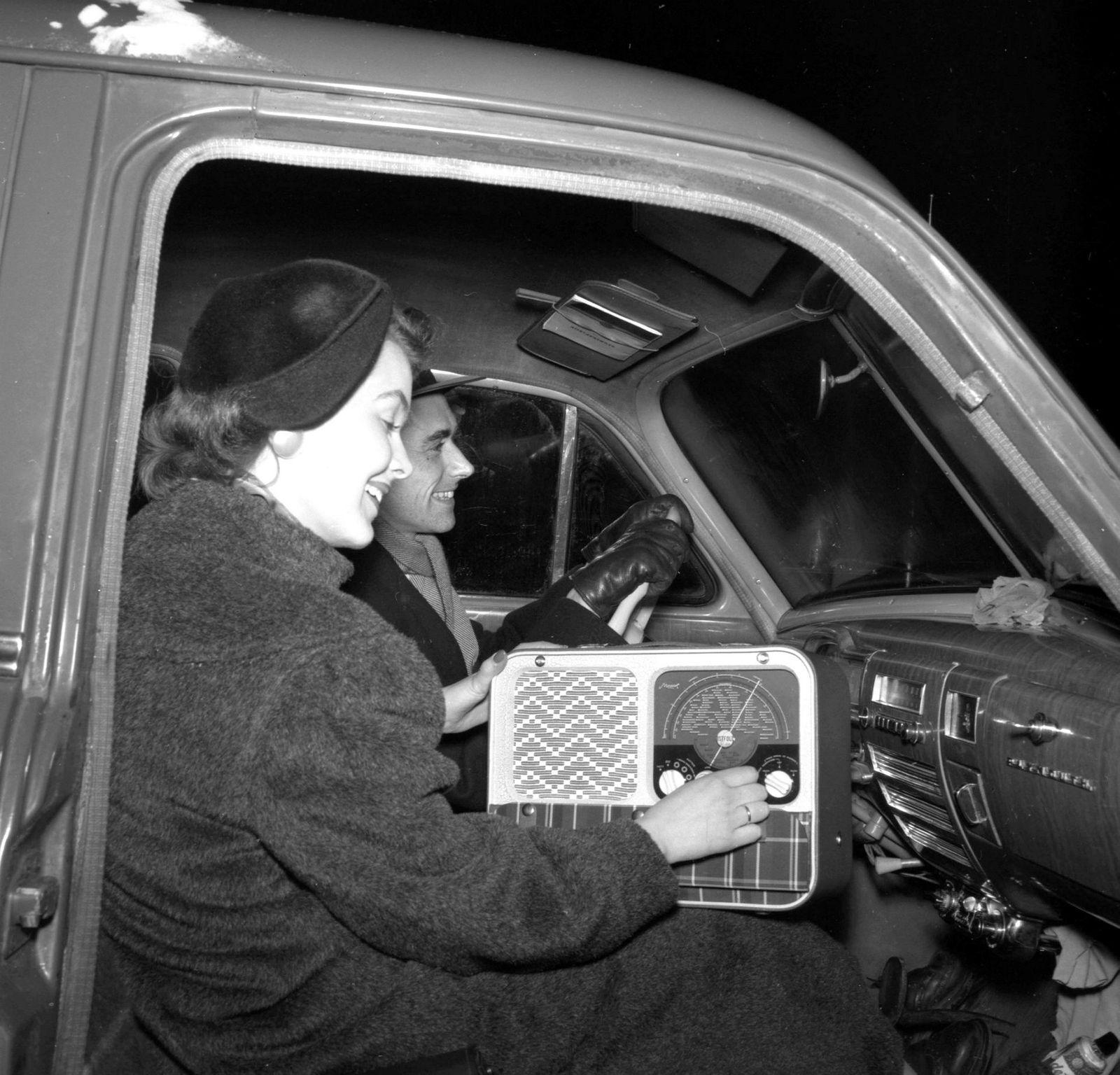 Et foto fra 1955 viser et lykkelig par med reiseradio av typen Mascot som er produsert ved Østfold Radio.
