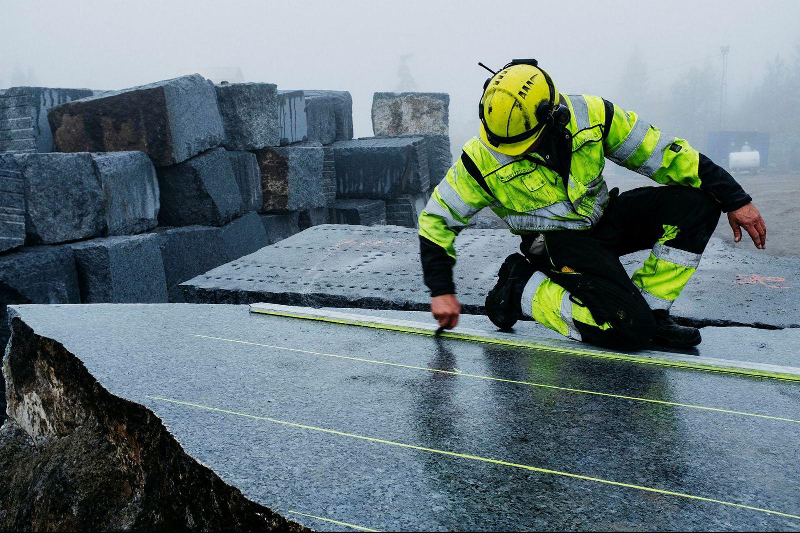 Per Ole Bjerkholt må analysere stein og sprekker, samt måle opp nøyaktig før han dundrer løs med seks seriestilte trykkbor.