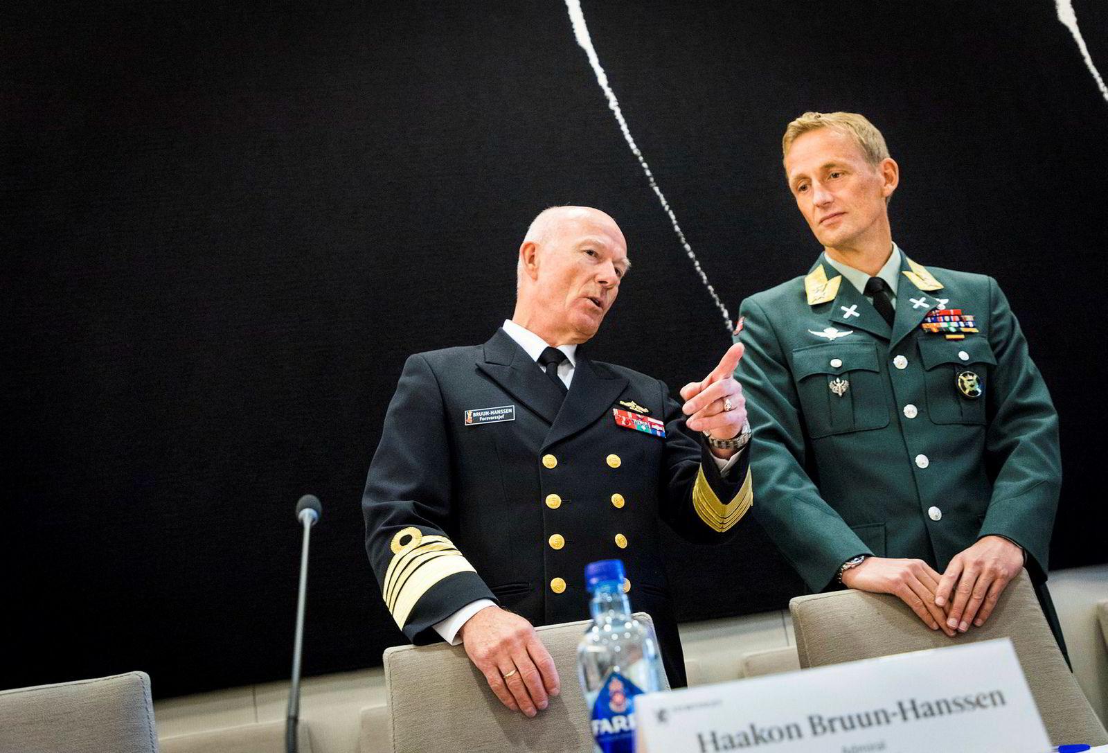 Forsvarssjef Haakon Bruun-Hanssen (t.v.) og sjef for Heimevernet, Eirik Johan Kristoffersen under høringen om objektsikring.
