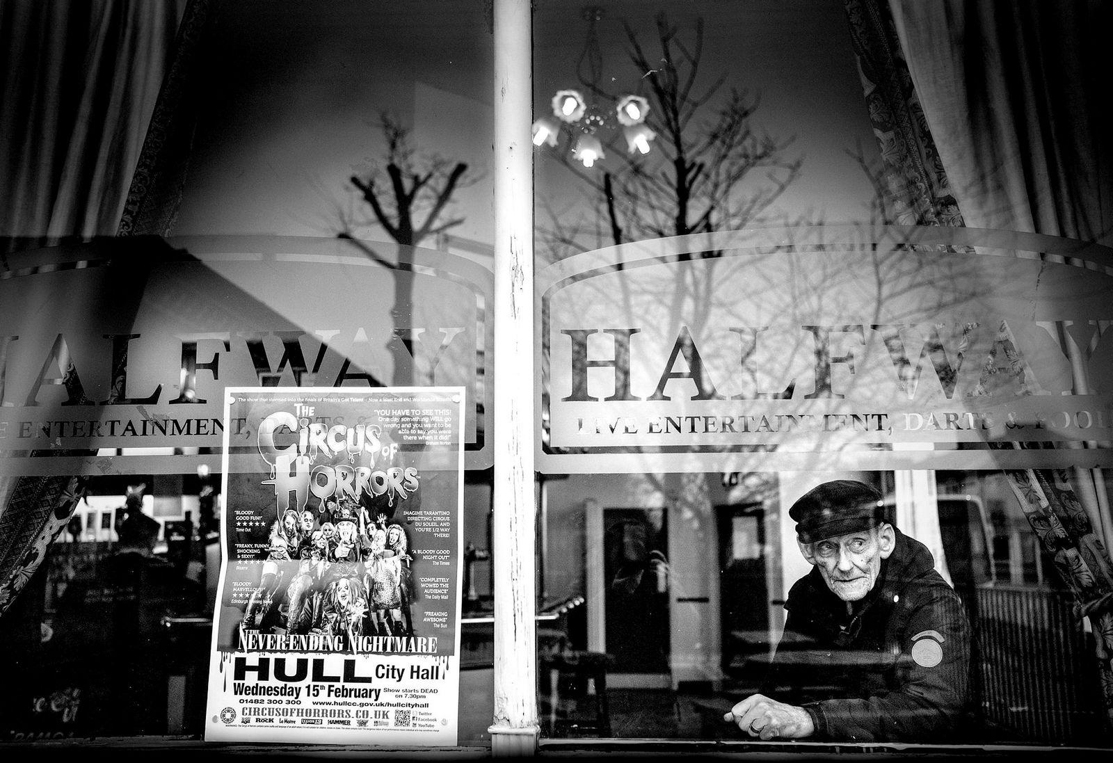 Fra vindusbordet på Halfway Pub i Hessle Road i byen Hull minnes den tidligere fiskeren Ron Jessop dagene da festene var villere og fiskerne stiligere enn i noen annen havn. Hull er blitt kåret til Englands verste by.