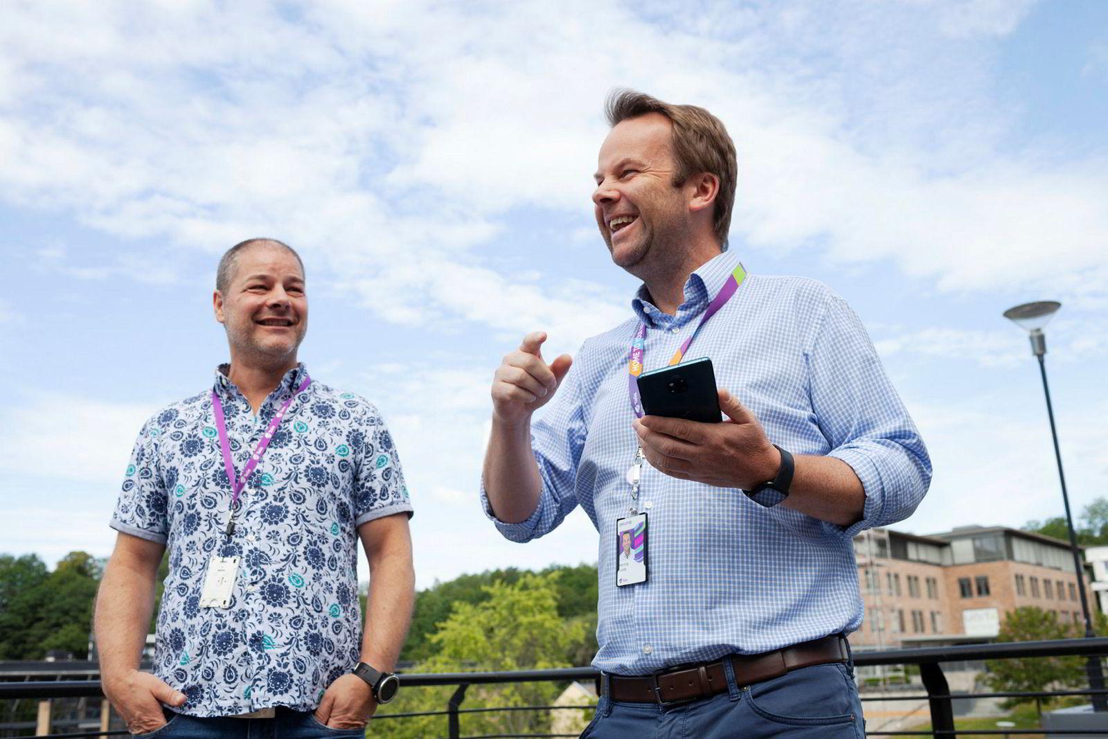 – Dette er den første 5G-telefonen som er bruk i Norge i et 5G-nett, sier kommunikasjonsdirektør Henning Lunde (til høyre). Ved hans side står Tommy Strand, sjefarkitekt for nettverk i Telia Norge.