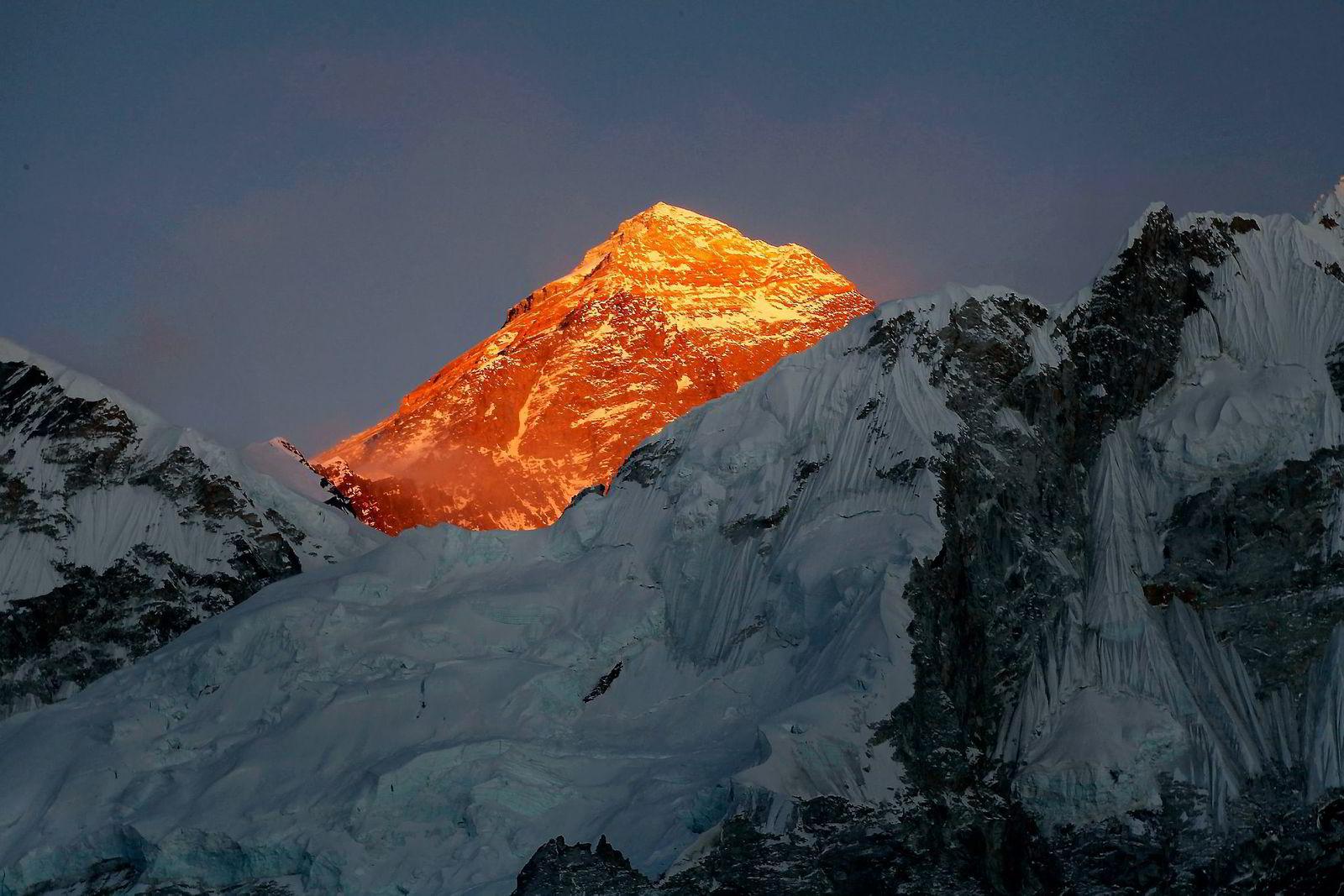 Mount Everest har opplevd en eksplosjon i kommersielle turer både til toppen og inn til basecampen. Også lederutviklingsprogram benytter seg av Himalaya og området rundt høye fjell. Foto: Tashi Sherpa/AP/NTB Scanpix