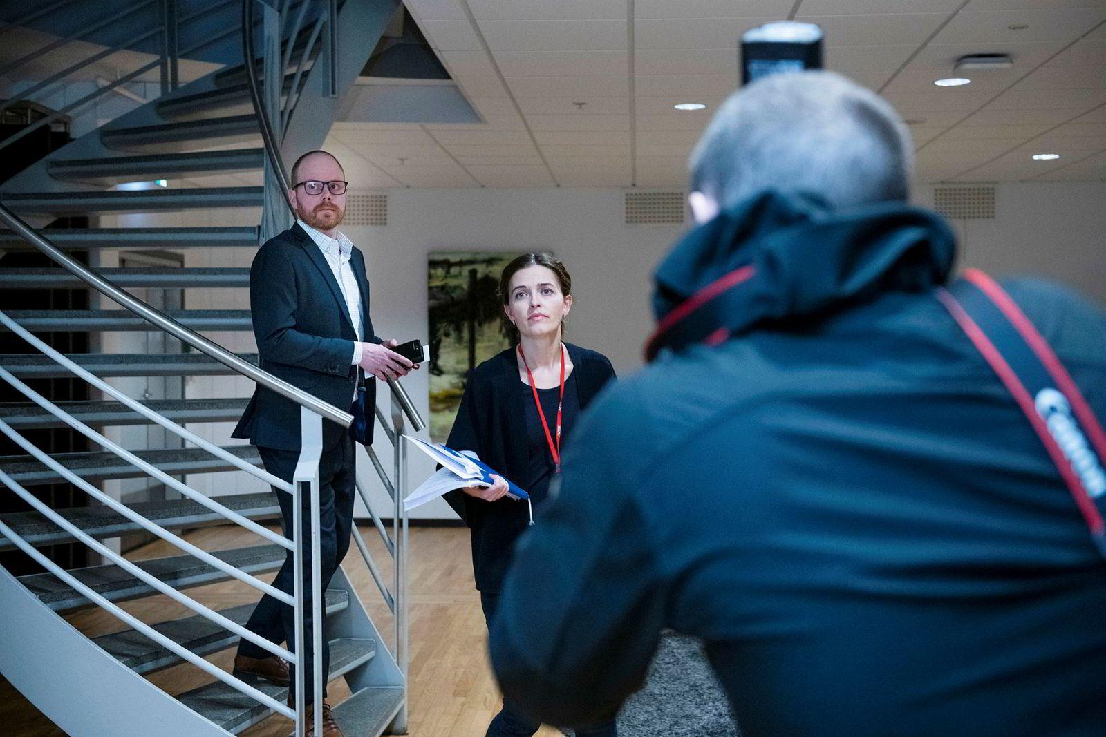 VGs nyhetsredaktør Tora Bakke Håndlykken før VGs pressekonferanse onsdag. VG-redaktør Gard Steiro følger tett bak.