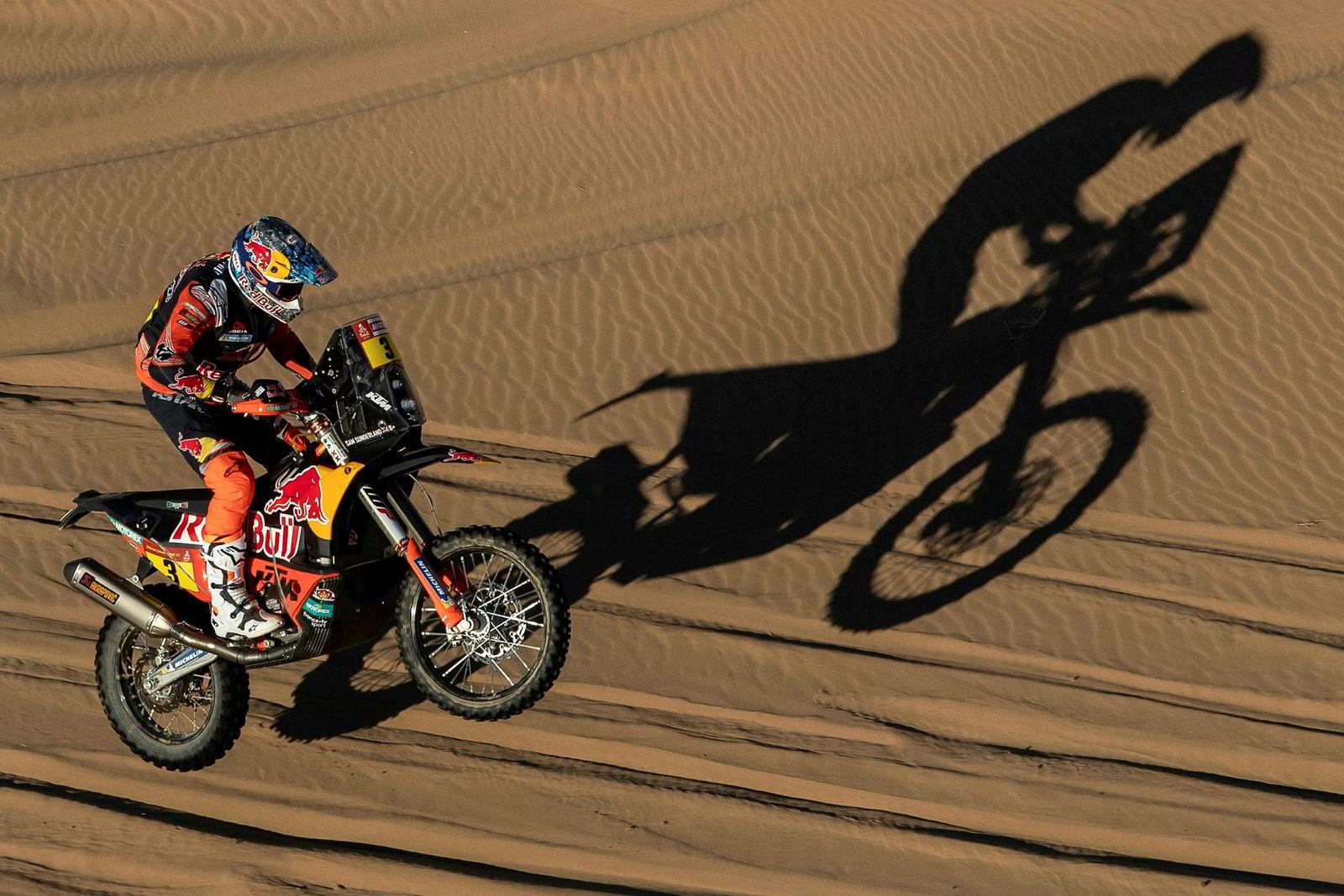 Sam Sunderland fra Storbritannia suser igjennom sanddynene på rallyets første etappe.