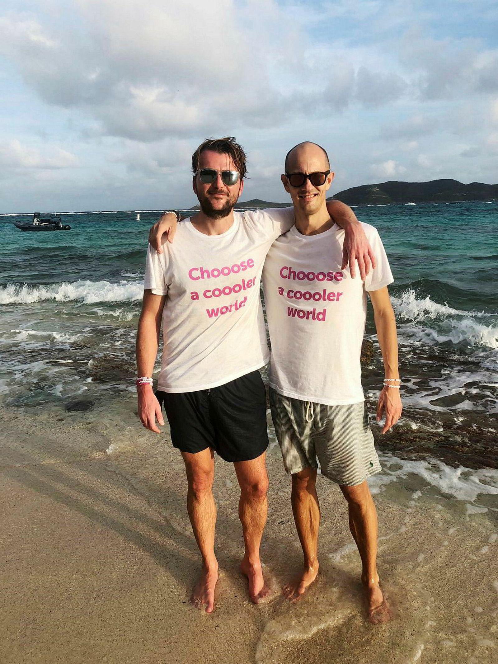 Chooose-gründere Karl-Axel Bauer og Andreas Slettvoll iført standard middagsantrekk på Sir Richard Bransons Necker Island – shorts og t-skjorte.