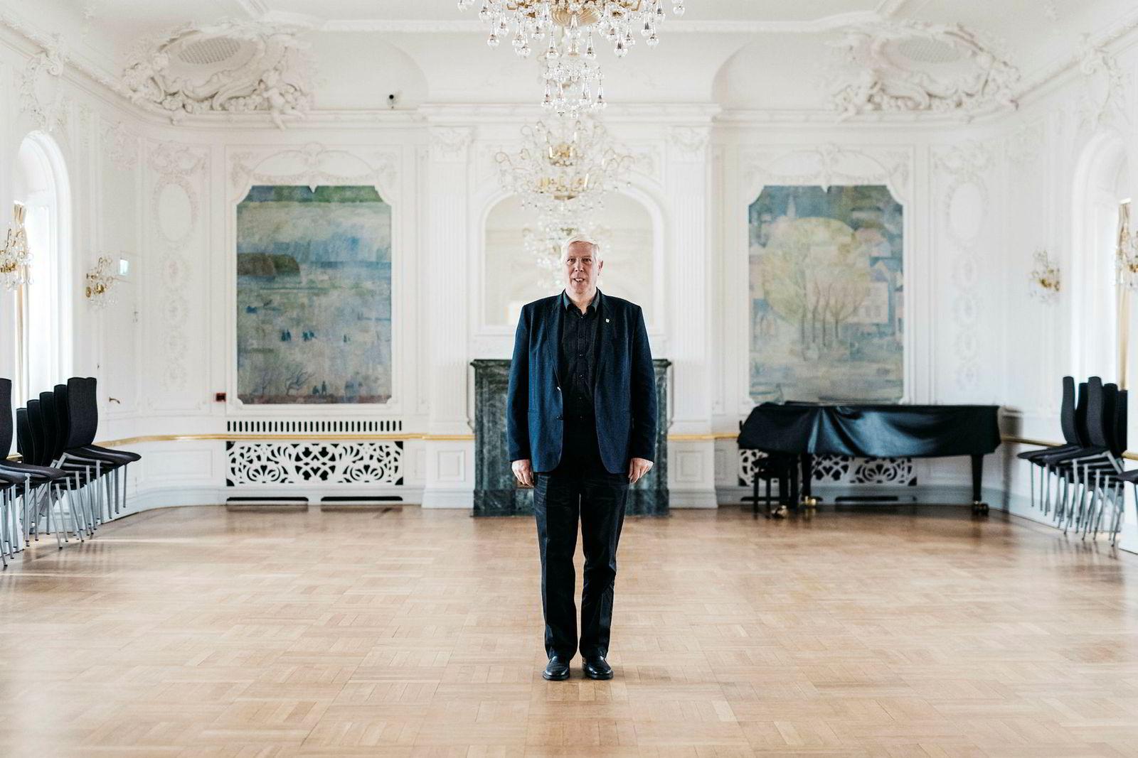 Arnt Abrahamsen er ordfører i sørlandsbyen Farsund. Her er han i festsalen i den gamle rederboligen «Husan», som nå er tatt i bruk som rådhus.