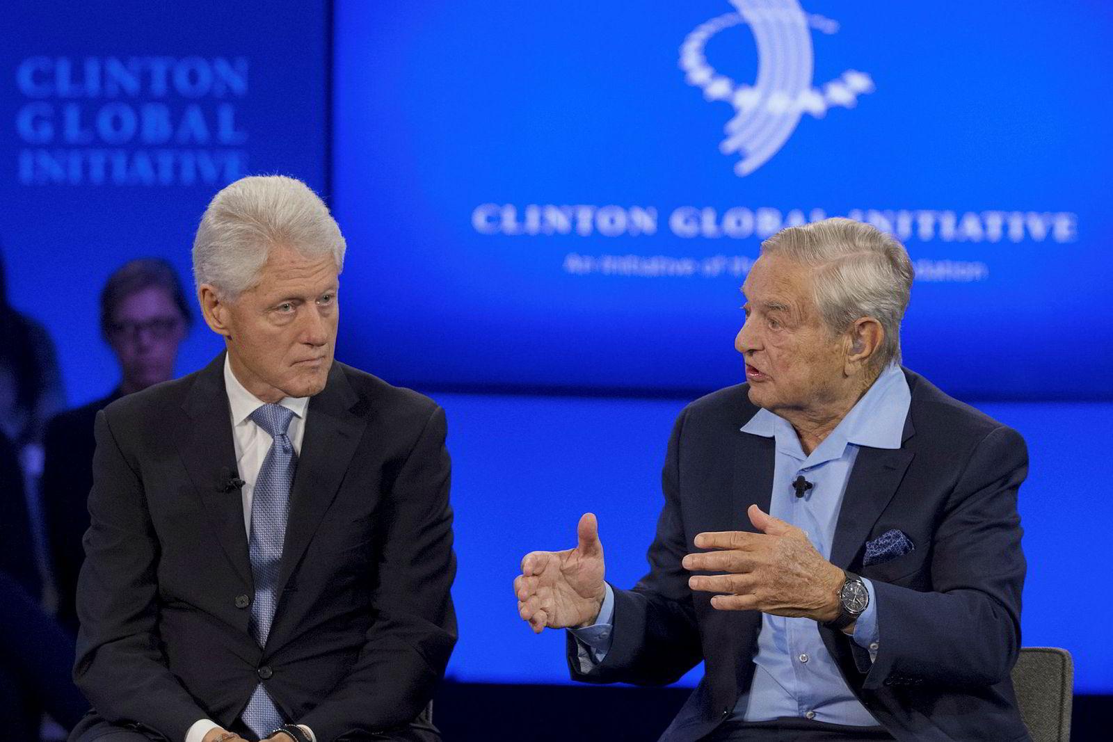 Investorlegenden George Soros (til høyre) er mest kjent for sin involvering i den britiske valutakrisen i 1992, da han tjente milliarder på å vedde imot den britiske valutaen. Den mangeårige demokratiske støttespilleren har støttet både Bill og Hillary Clintons politiske karrierer. Her er han avbildet sammen med tidligere president Bill Clinton under et arrangement i New York.