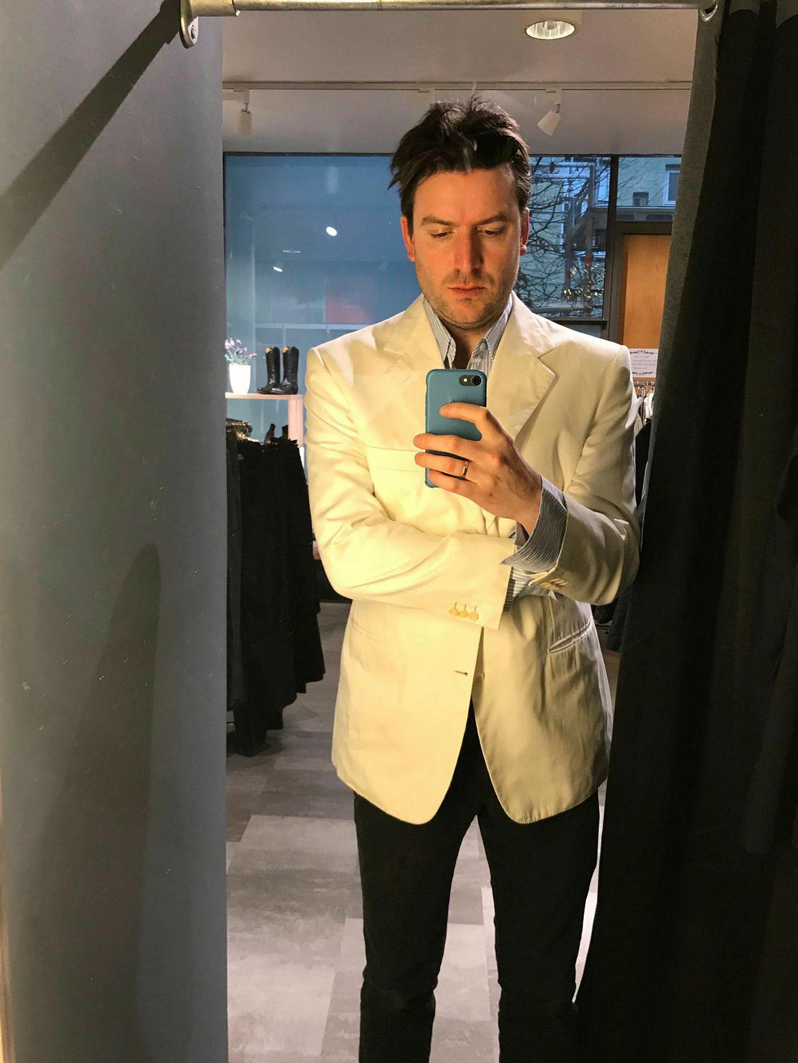 Nå er DN-journalist Anders Kemp den stolte eier av Røkkes gamle Brioni-dressjakke, i tillegg til en jakke med Petter Stordalens navn fra en ukjent skredder.