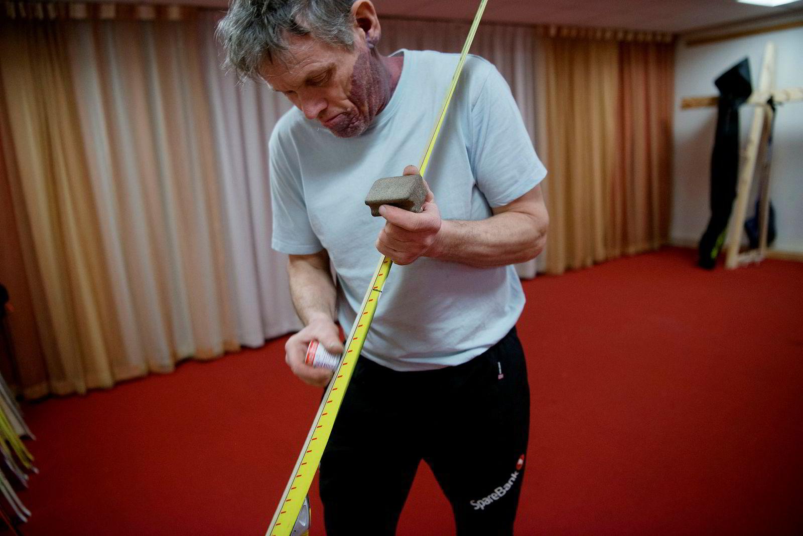 Pål Gunnar Mikkelsplass preparerer ski under Oslo Energy Forum.
