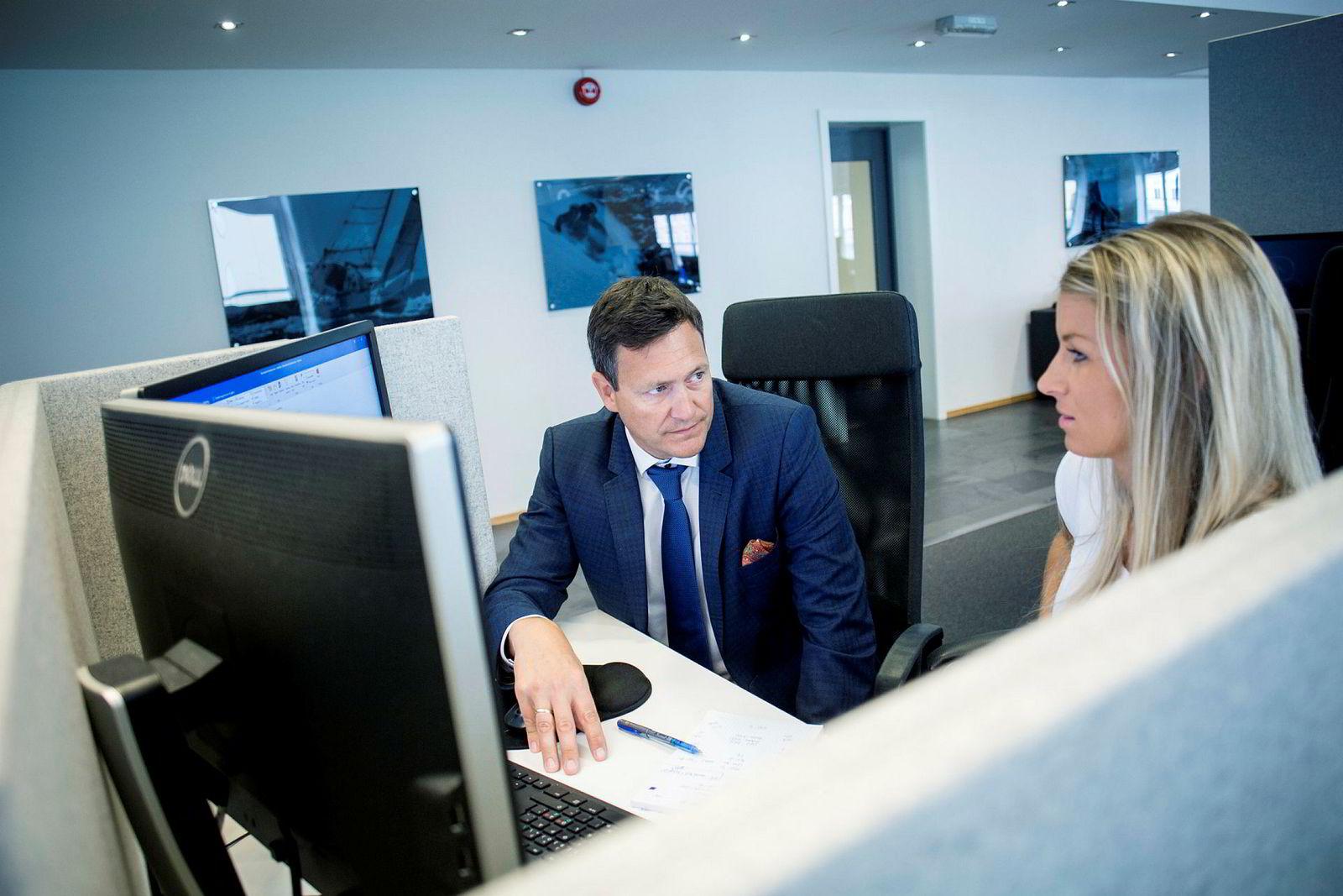 Monobank-sjef Bent Gjendem. Her med saksbehandler Hanna Venemyr Hildeskor.