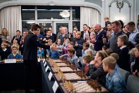Verdensmester i sjakk Magnus Carlsen under et arrangement i regi sponsoren Arctic Securities der han møtte barna til noen av Arctics gode kunder. Alle foto: Skjalg Bøhmer Vold