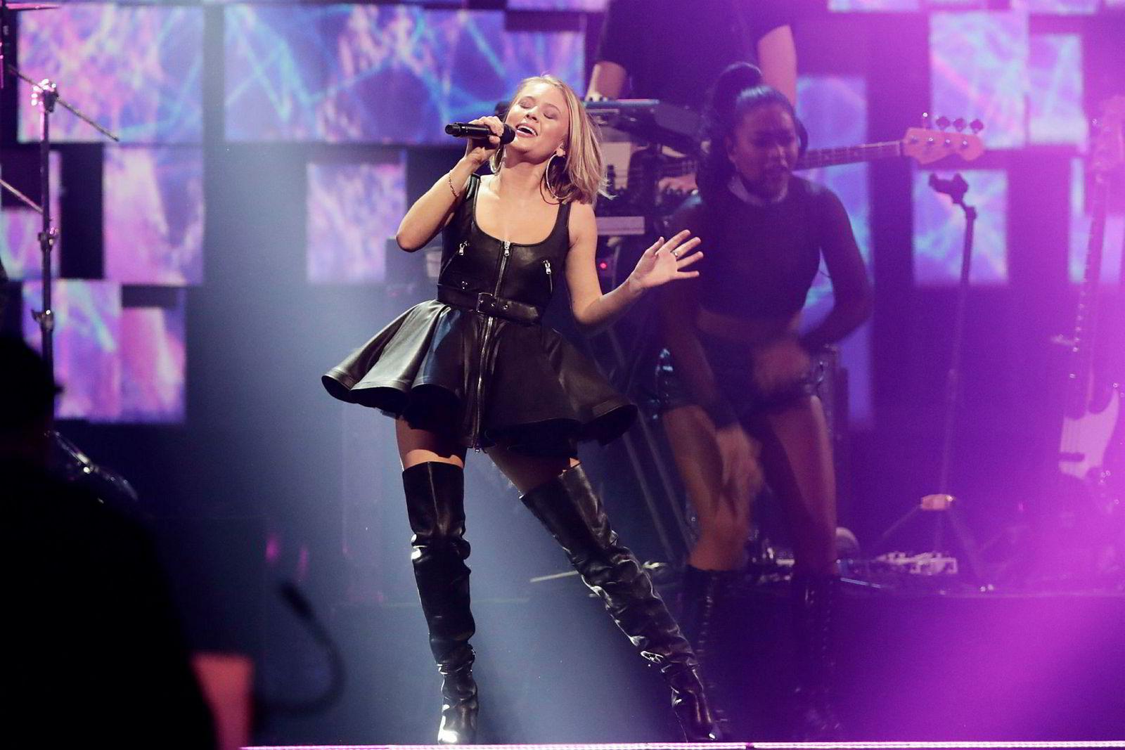 Den svenske popstjerne Zara Larsson var fløyet inn for å synge for John Fredriksen. Hun fremførte blant annet superhiten «Symphony».