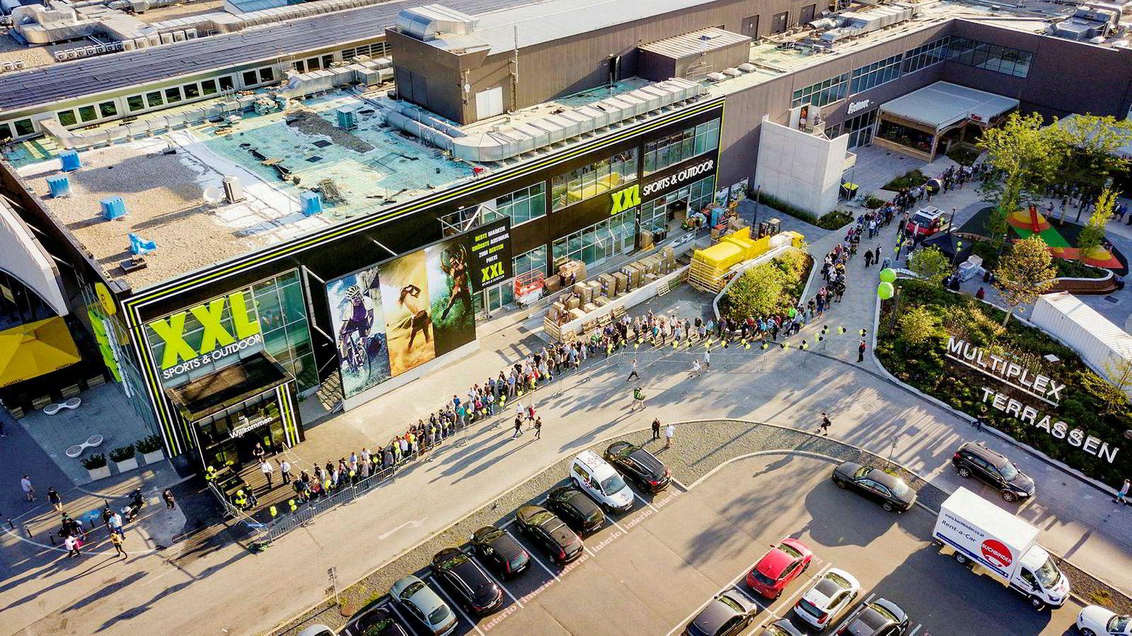XXL klarte å organisere en lang kø før åpningen av sitt første varehus i Østerrike, i handelsparken Shopping City Syd utenfor Wien.
