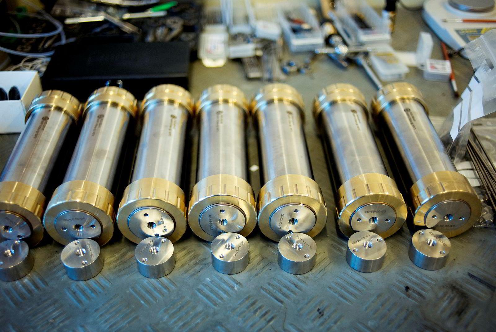 Kjerneprøvene utsettes blant annet for høyt trykk og varme, og analyseutstyret må derfor trykktestes og sertifiseres.