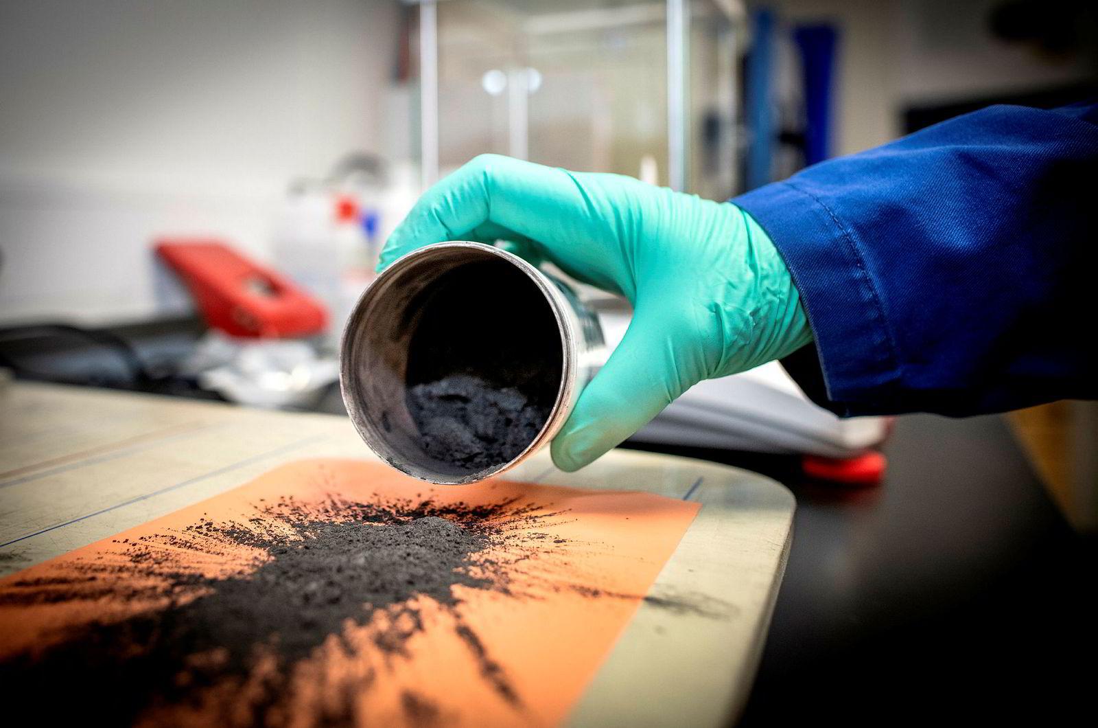 Finmalt grafitt som limes fast til syltynne ark kobber, er en viktig bestanddel i moderne litiumbatterier.
