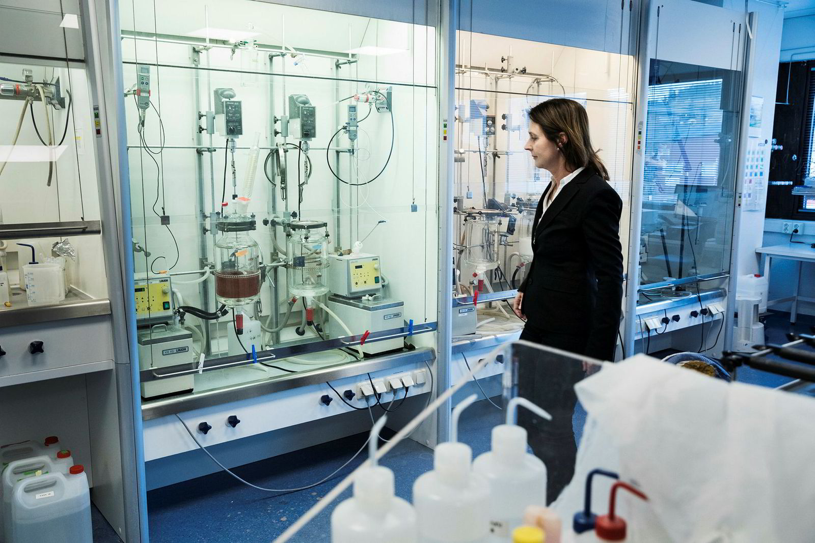 Daglig leder Anne Kari Nyhus i Microbeads ser på det brune produktet som skal brukes til å rense atom avfall i laboratoriet.