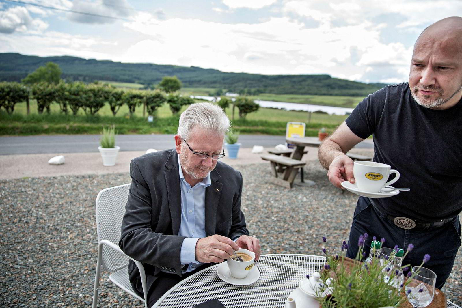 – Brexit vil skape store problemer for skotske lakseselskaper som trolig vil møte økt konkurranse fra Norge, sier Michael Russell. Til høyre servitør og bartender på The Colintraive Hotel.