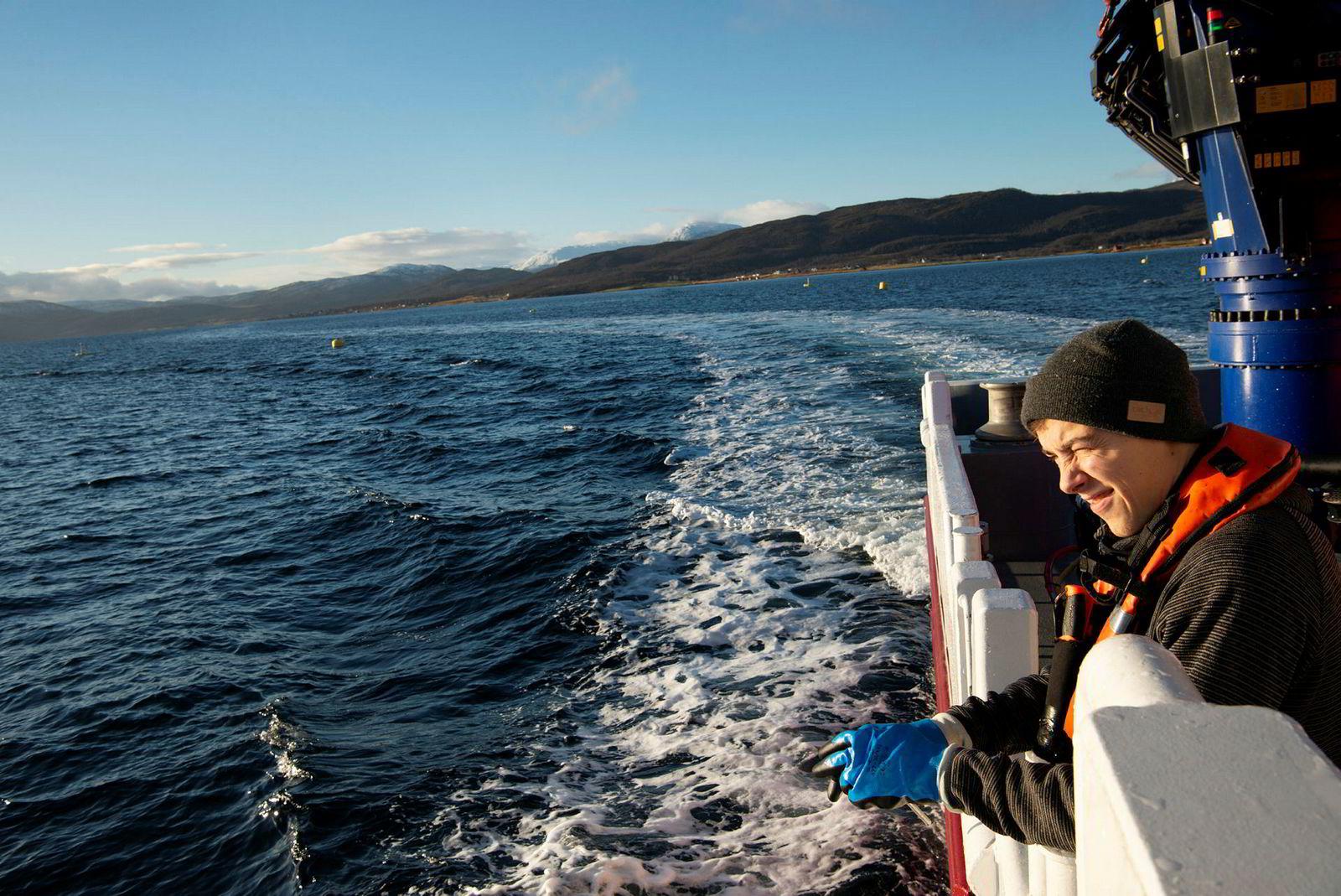 NCS er gasellebedrift fra Finnsnes. De leverer tjenester til havbruksnæringen. Matros Marius Nyborg Hansen på servicebåten Gyme.