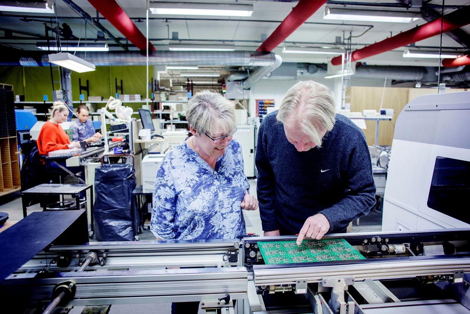 – I fjor solgte vi kretskort for rundt 25 millioner kroner, sier klubbleder Petter Olsen i Mascot som sjekker produktet sammen med kollega Britt Andersen.