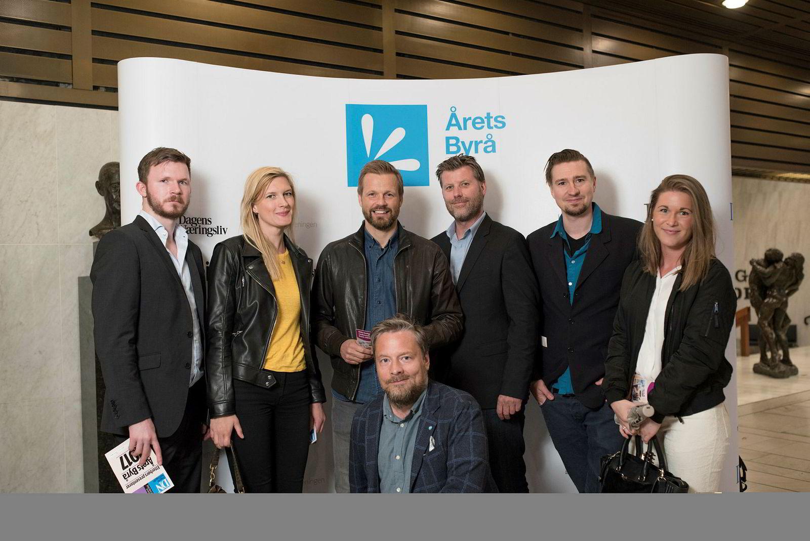 Nucleus var blant de nominerte i klassen for pr-byråer. Fra venstre: Kristian Haakonsen, Anette Jamtvedt, Audun Roe Grimstad, Sven Øvergaard, Vegard Haugen, Ulrikke Louise Wiik. Foran: Nils Ragnar Løvhaug.