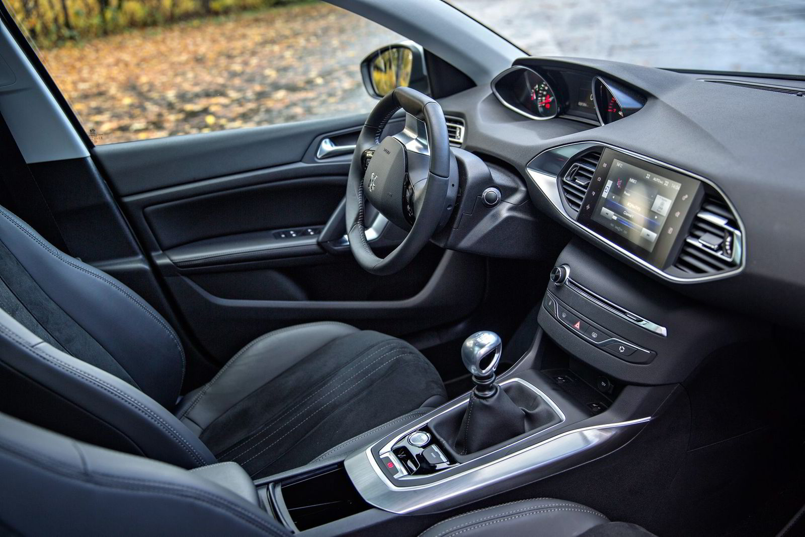 INTERIØR. Peugeot 308 stiller med det klart mest moderne interiøret. Det meste styres via en skjerm i midtkonsollen.