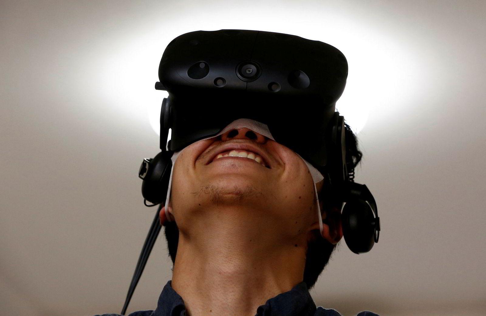 VR stenger ute alle syns- og hørselsinntrykk og vil erstatte omgivelsene med digitale omgivelser.