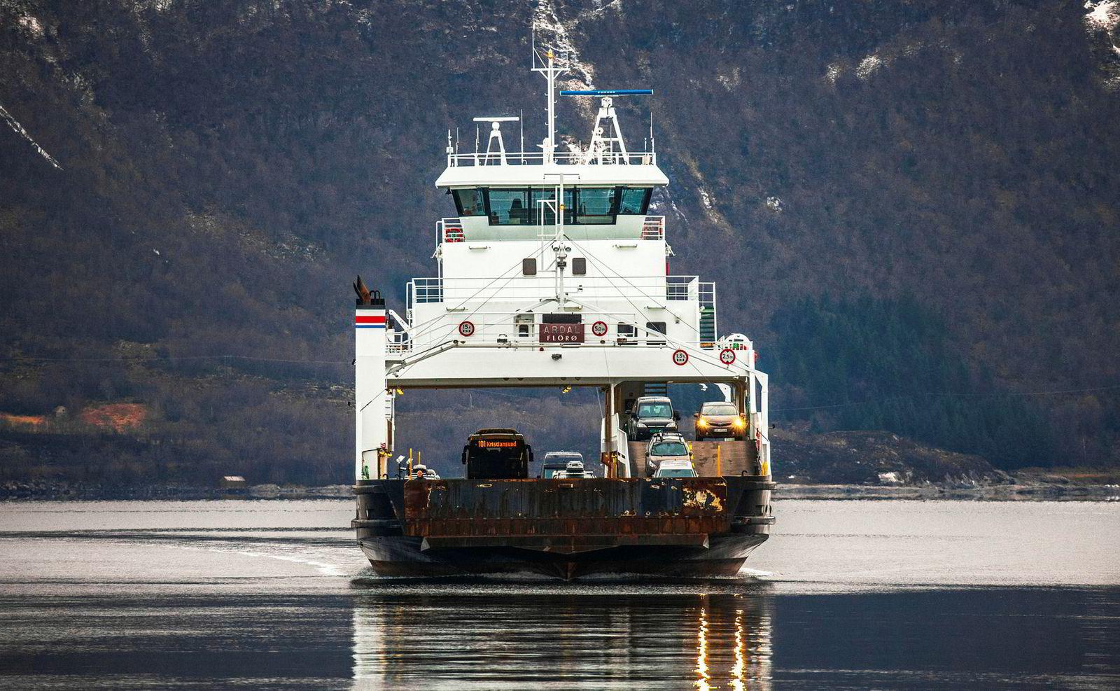 Fjord1 er landets største transportselskap som driver ferger og hurtigbåter. Her fra strekningen Festøya-Solevågen i Møre og Romsdal.