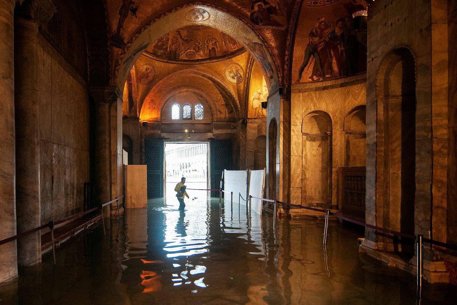 Innbyggerne i Venezia er godt vant med vann, men i midten av november ble det i overkant mye også for dem. Et eksepsjonelt høyt tidevann tok seg blant annet inn i den berømte Markuskirken i byen.