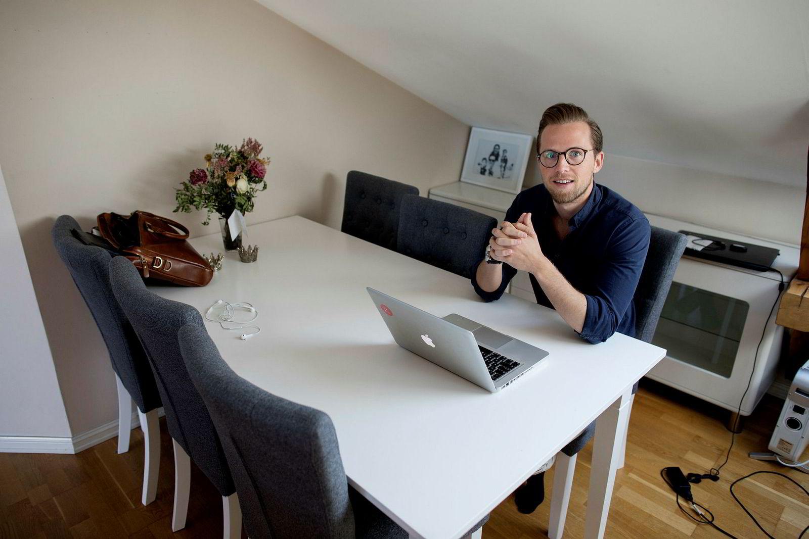 Slik sitter Krister Koen (29) når han utvikler gründerbedriften Bolink hjemme i leiligheten på Grünerløkka.
