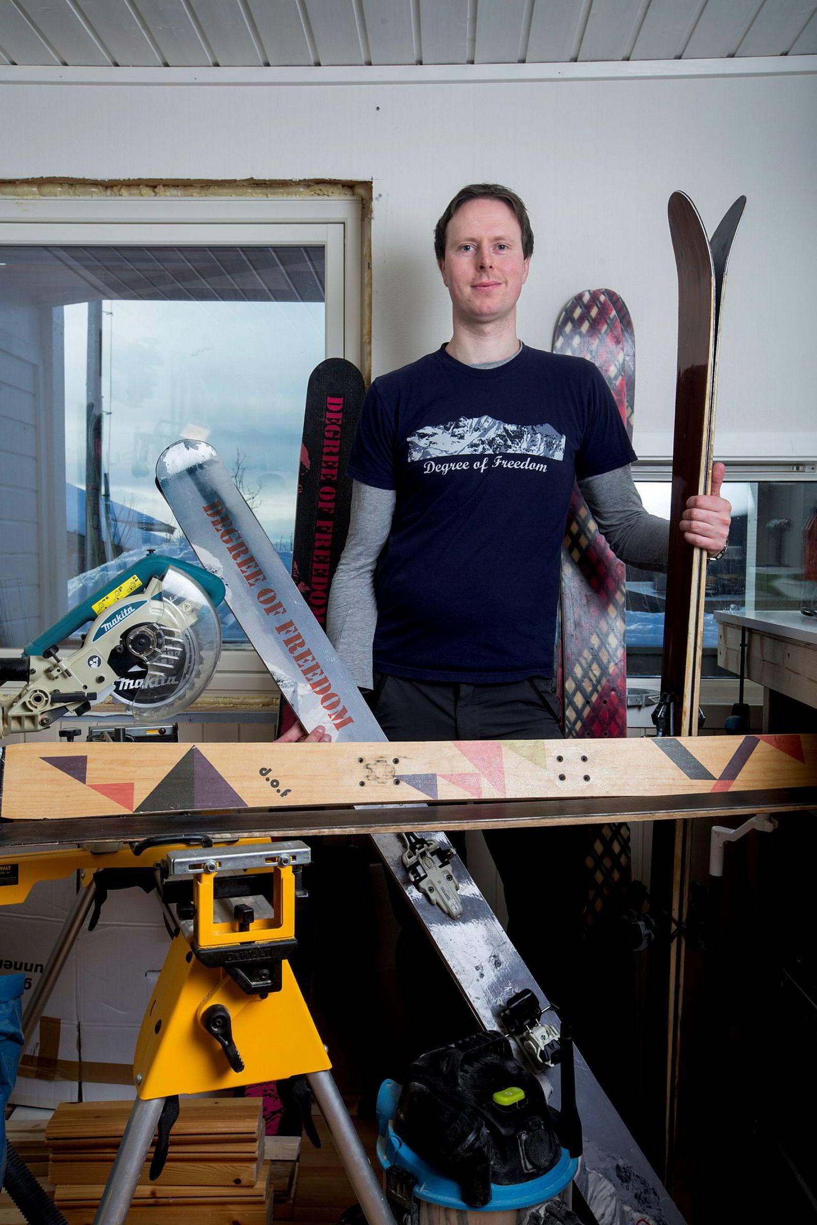 Ingeniør Hallvard Johnsen Aase bygger egne ski med egen skipresse på Kvaløya i Troms.