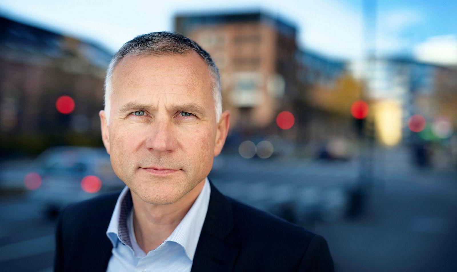 Informasjonsdirektør i Finans Norge Tom Staavi mener foreldre må sette seg ordentlig inn i risikoen ved å kausjonere for barna.