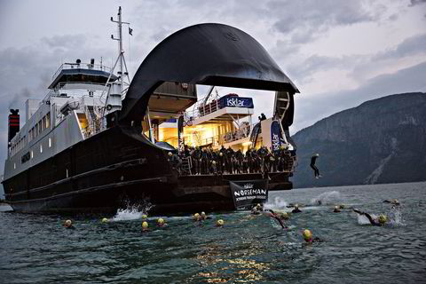 Klokken 0445 får de 261 svømmerne hoppe i vannet.