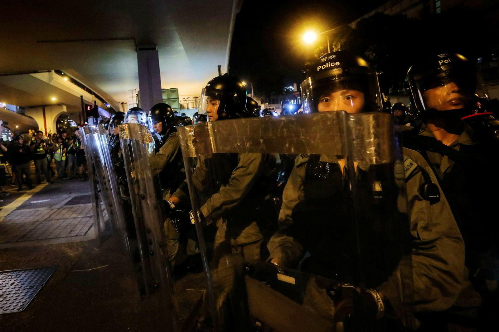 Opprørs politi er stilt opp for å hindre demonstrantene.