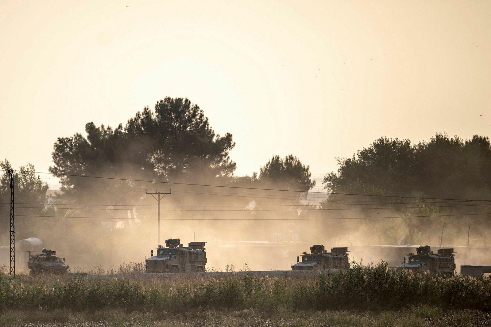 Tyrkiske militærstyrker på vei mot den syriske grensen nær Akcakale i Sanliurfa-provinsen i Tyrkia.