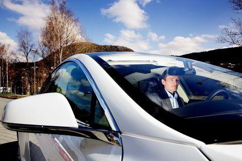 TESLA S. Robert Næss, investeringsdirektør i Nordea Investment Management, og hans Tesla S. Foto : Paul S Amundsen