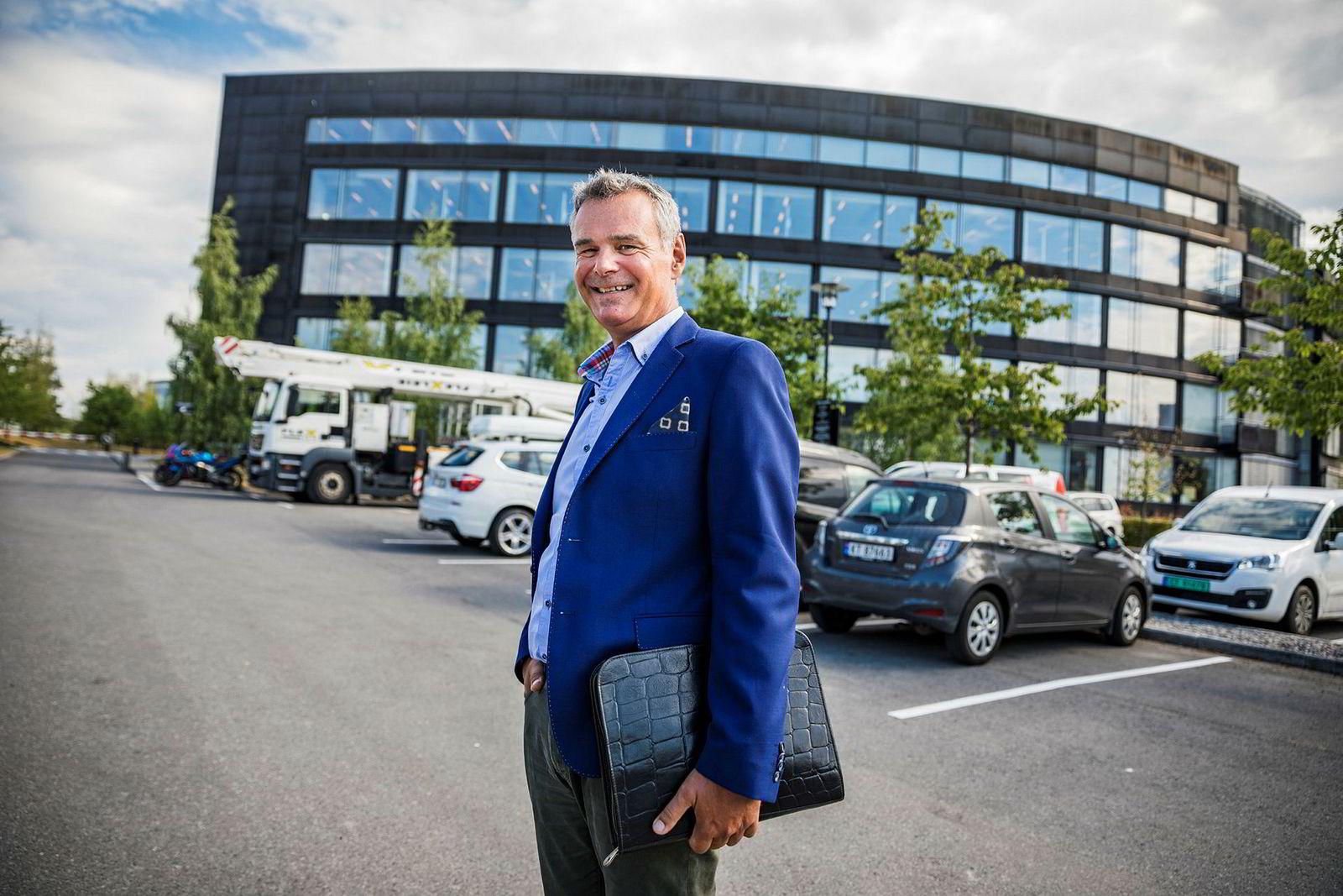 Hans Jørgen Elnæs, konsulent i konsulentselskapet Winair, holder en finger på at Geir Karlsen blir sittende.