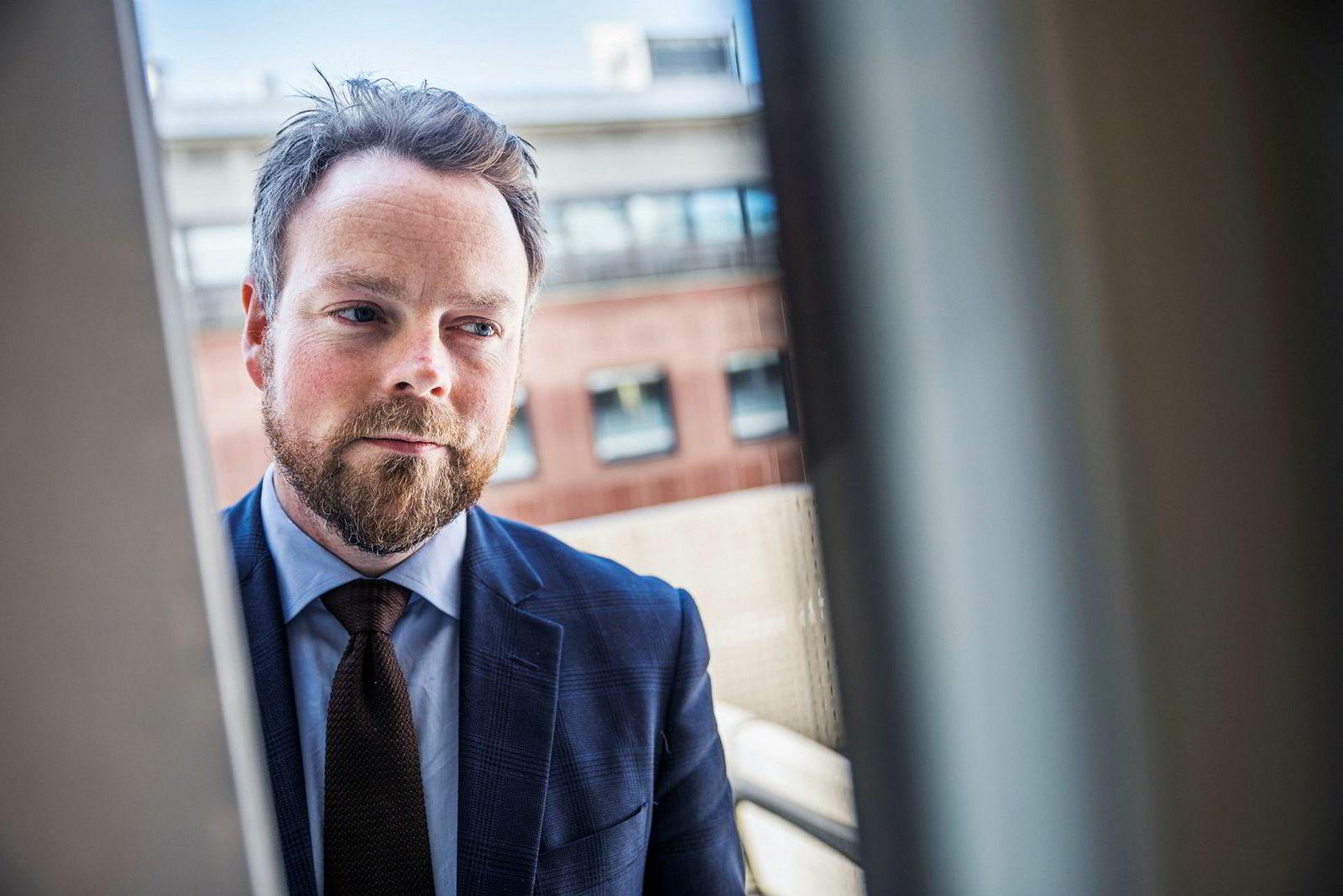 Næringsminister Torbjørn Røe Isaksen vil se på hvordan færre skattepenger kan havne hos søknadsskrivere.